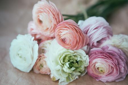 renoncules bouquet sur papier kraft emballage Banque d'images