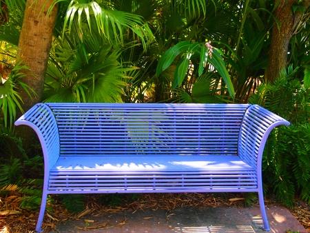 Bank voor tropische planten in de botanische tuin
