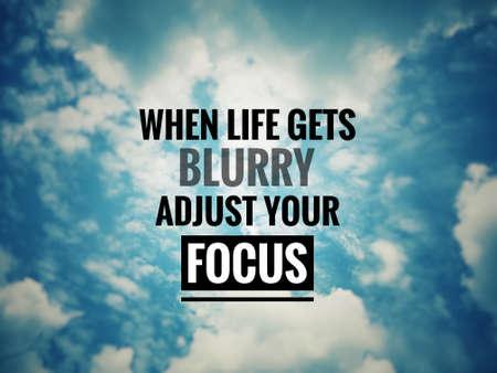 Citas motivacionales e inspiradoras: cuando la vida se vuelva borrosa, ajuste su enfoque. Con fondo de estilo vintage borroso.