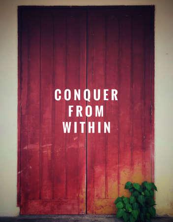 Citations motivantes et inspirantes - Conquérir de l'intérieur. Avec fond de style vintage.