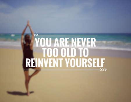 Citation de motivation et d'inspiration - Vous n'êtes jamais trop vieux pour vous réinventer. Arrière-plan de style flou. Banque d'images