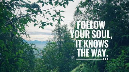 Motivierendes und inspirierendes Zitat - Folge deiner Seele, sie kennt den Weg. Unscharfer Hintergrund im Vintage-Stil. Standard-Bild