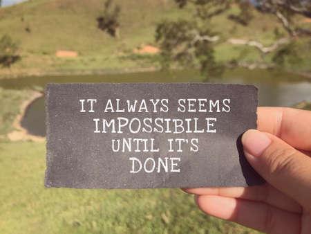 Libellé motivant et inspirant - Cela semble toujours impossible jusqu'à ce que ce soit fait, écrit sur un papier déchiré. Banque d'images