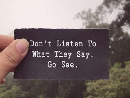 Libellé motivant et inspirant - N'écoutez pas ce qu'ils disent. Va voir. Arrière-plan de style flou. Banque d'images