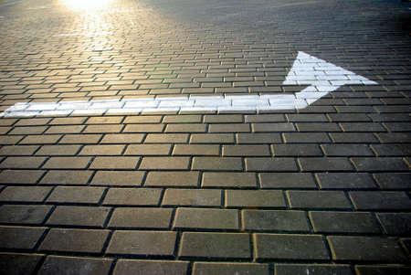 道路に描かれた矢印の付いたポインターの画像