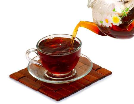 お茶と白い背景の上のティーポット カップの分離イメージ