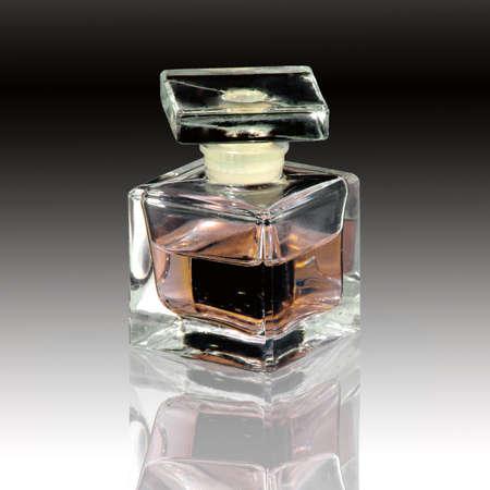 香水のボトルとミラーの反射