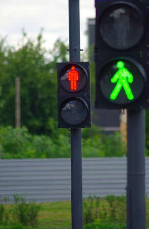 señal de transito: imagen de dos señales de tráfico en la carretera sobre un fondo de árboles