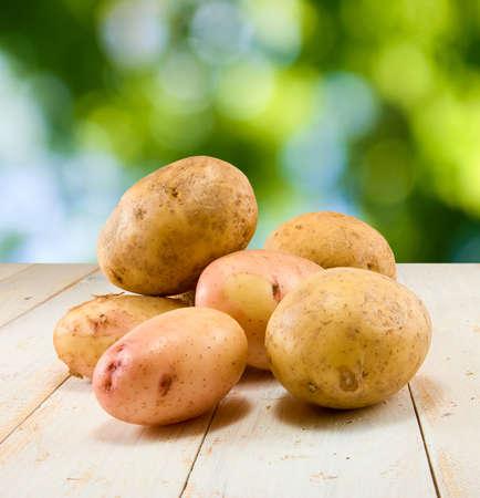 緑の背景のテーブルにジャガイモのイメージ