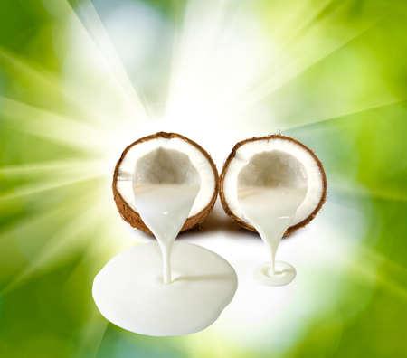 latte fresco: Immagine di cocco su uno sfondo verde