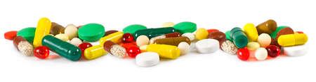 pastillas: Imagen aislado de diferentes píldoras en el fondo blanco