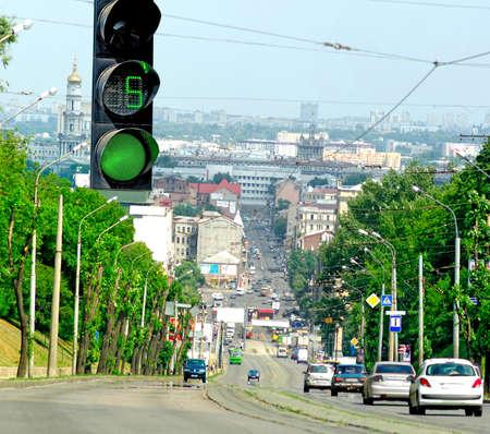 señal de transito: semáforo en el fondo de la calle