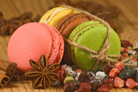 macarons and chocolate candies lie on a wooden surface Stockfoto