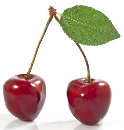 Imagen aislada de cerezas maduras sobre un fondo blanco de cerca