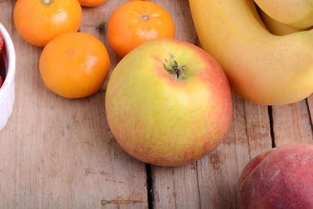 banane: Mandarin pommes bananes Peach sur plaque de bois