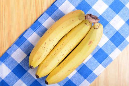 platano maduro: Manojo de pl�tanos en un taz�n blanco, el concepto de la comida sana