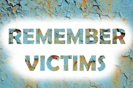 remember: Recuerde a las víctimas palabras se imprimen en la pared metálica del grunge Foto de archivo
