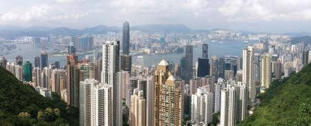 Blick vom Victoria Peak. Finanz-und im ersten Plan und über die Bucht Kowloon. Sehr große Aussicht. Standard-Bild - 1695623