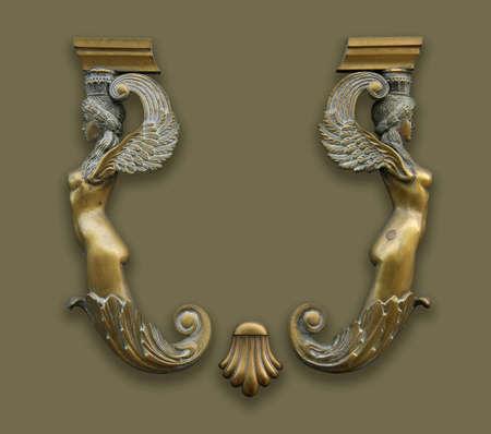 arte greca: decorazione di bronzo antica. Due Signore. Spazio per logo tra di loro.  Archivio Fotografico