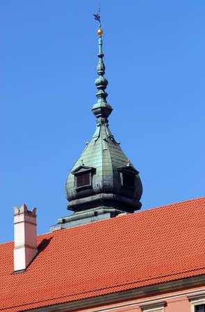pinnacle: Pinnacle e il tetto del Palazzo Reale di Varsavia. Cielo blu chiaro.