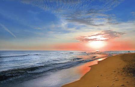 Puesta de sol en la playa costa. Foto de archivo