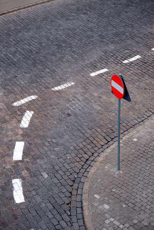 no entrance: La calle de piedra y no de entrada por carretera signo.