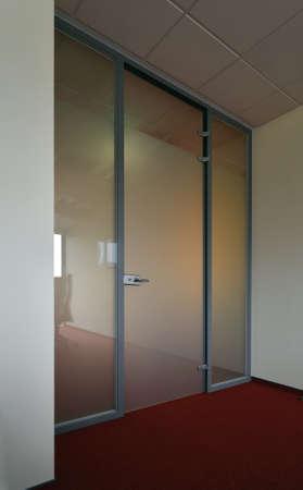 salir puerta: Puertas de cristal de la oficina interna. Foto de archivo