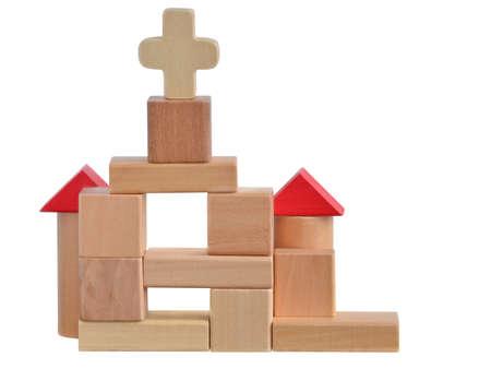 Kleine kerk gebouwd met houten blokken speelgoed geïsoleerd op witte achtergrond met pad Stockfoto