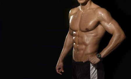 männer nackt: Wet Männer Körper. Isoliert auf schwarzem Hintergrund