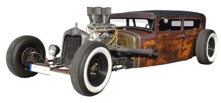 oxidado: Coche costumbre construido con pasión equipado con motor de potencia. Aislado en el fondo blanco.