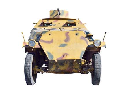 seconda guerra mondiale: veicolo militare tedesco dalla seconda guerra mondiale. Isolato con il percorso su bianco.