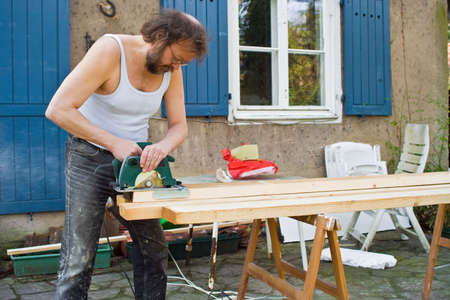 sawing: man who is sawing