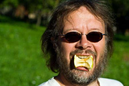 Man Apfel essen Standard-Bild - 3304535
