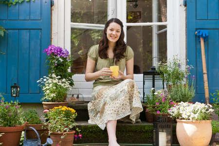 Junge Frau auf einer Terrasse Standard-Bild - 16030341