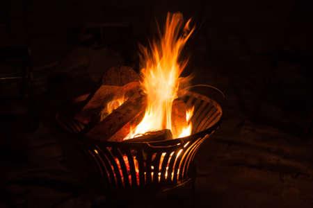 Feuerkorb mit Flammen Standard-Bild - 22005591