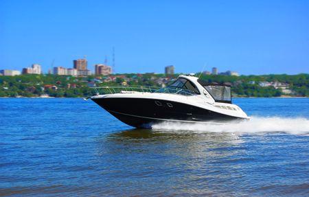 川沿いの高級スピード ボート
