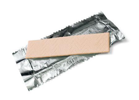 Gomma da masticare sulla lamina di confezionamento isolata on white