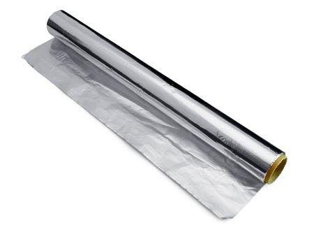 rollo de papel de aluminio para envolver y cocinar alimentos aislados en blanco  Foto de archivo