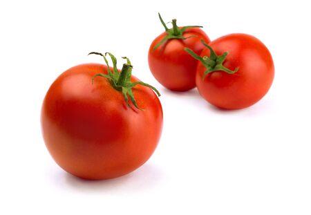 tomate cherry: Tres rojos frescos madurados tomates aislados en blanco  Foto de archivo