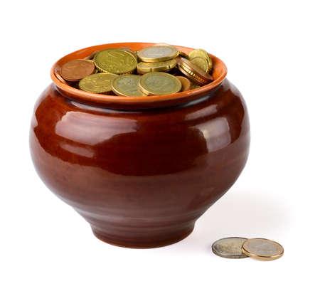 ollas de barro: Vasija de barro con monedas de euro aislados en blanco