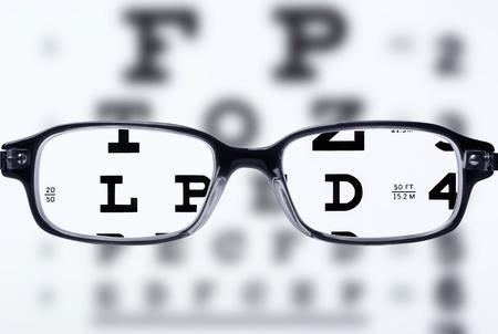 occhiali da vista: Lettura occhiali da vista ed eye chart Archivio Fotografico