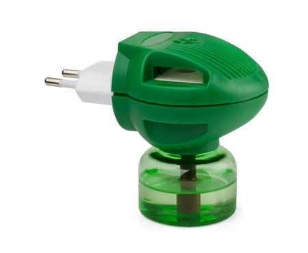 fumigador: Boottle verde de líquido repelente de anti-mosquito aislado en blanco