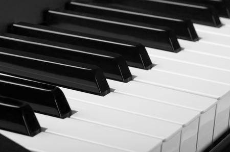 piano de cola: Teclas blancas y negras. Cerca del teclado del piano