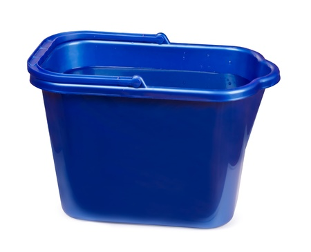 seau d eau: Bleu seau en plastique rempli d'eau isolé sur blanc