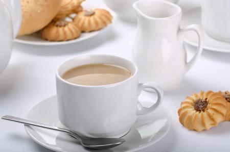 melkachtig: Beker van engels thee met melk. Stilleven.