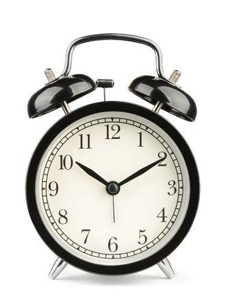 reloj despertador: Negro clásico de reloj de alarma de tipo aislado en blanco