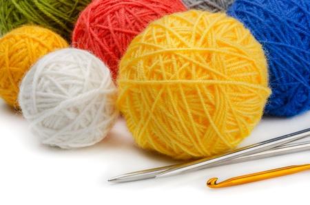 wool fiber: Madejas de lana de colores, agujas de punto y ganchillo Foto de archivo