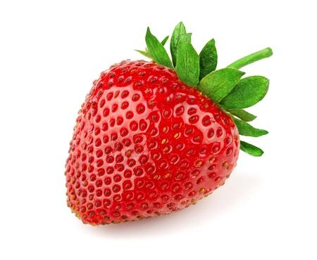 白で隔離される新鮮な甘いイチゴ