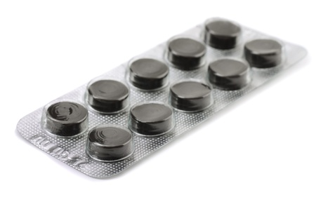 blister: Geactiveerde kool pillen in blister op wit wordt geïsoleerd