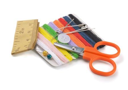 kit de costura: Pequeño kit de costura de viaje aislado en blanco